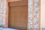 Секционные гаражные ворота со встроенной калиткой и фальш-панелью