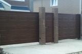 Откатные ворота и калитка выполнены из сендич панелей