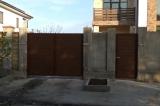Распашные ворота с отдельностоящей калиткой вид снаружи