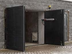 Распашные гаражные ворота с автоматикой